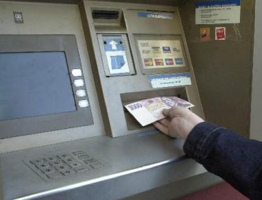 Praha - bankomat - platební kreditní karta peníze