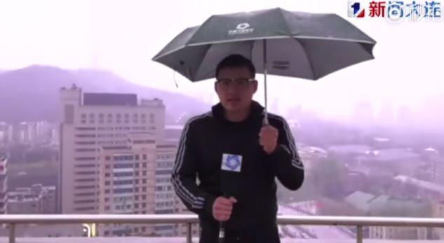 VIDEO  Gazetari goditet nga rrufeja në transmetim direkt