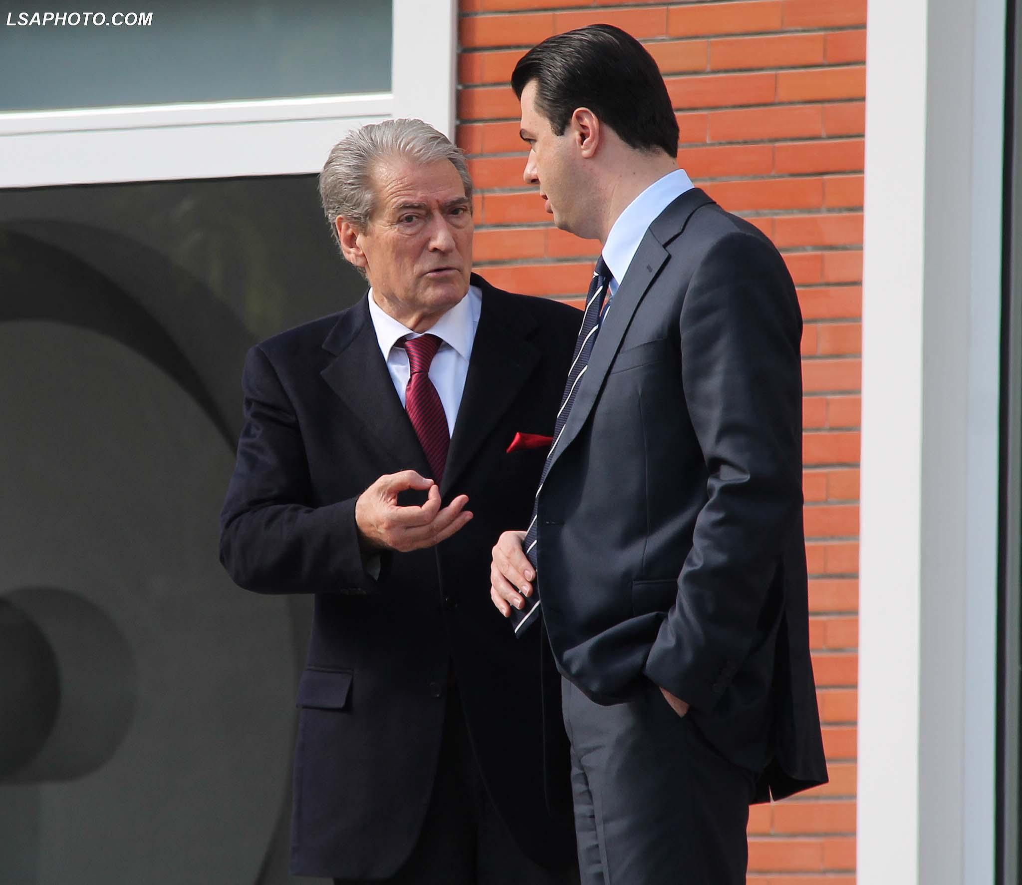 Basha në dilemë pas takimit me negociatorët e PE  Shkon për  konsultim  në zyrën e Berishës