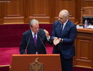 Ish kryeministri Sali Berisha dhe kryeministri Edi Rama, gjate nje seance parlamentare, ku eshte debatuar ne lidhje me ceshtjen e CEZ./r/n/r/nFormer Prime Minister Sali Berisha and Prime Minister Edi Rama, during a parliamentary session.