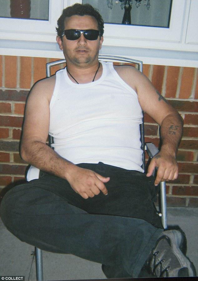 Samir Bashsa, (emri i vërtetë) Saliman Barci u dënua me 25 vjet burg për një krim të dyfishtë në 1997, në Shqipëri. Ai hyri kontrabandë me një kamion në Britani