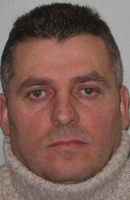Gjergj Kola, 48 vjeç, (emri i vërtetë) Gergj Cupi, vrau Mirash Ndreçën dhe Donika Kadelin në Rreshen në 1997, por iku në Itali përpara se të dënohej me 25 vjet dhe pastaj në Britani