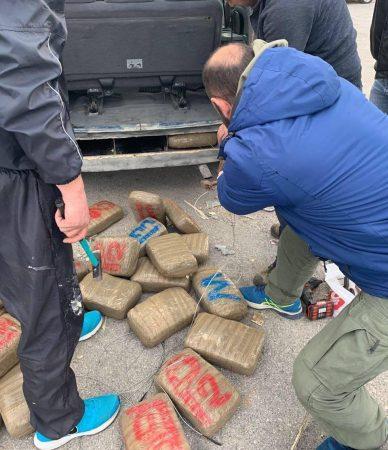 Makinën plot me drogë  shqiptari  tradhtohet  nga qeni në kufi