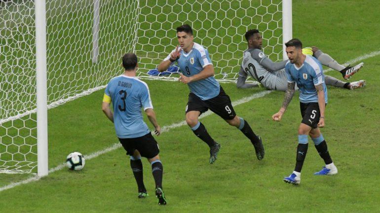 Uruguay Door Ex Ajacieden Suarez En Lodeiro Langs Ecuador Op Copa America