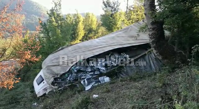 VIDEO  Shoferi humb kontrollin dhe hidhet nga mjeti  pamjet e frikshme si është shkatërruar kamioni